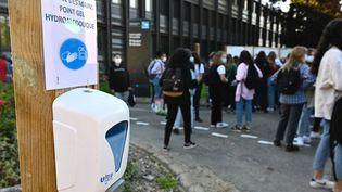 Des élèves dans la cour d'un lycée à Rennes (illustration). (DAMIEN MEYER / AFP)