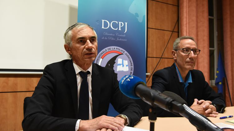Le procureur de la République de Marseille, Xavier Tarabeux (à gauche) et Eric Arella, directeur adjoint régional de la police judiciaire, lors d'une conférence de presse au sujet du rapt d'un enfant de deux ans dans le quartier de la Canebière, le 5 mai 2019 à Marseille. (BORIS HORVAT / AFP)