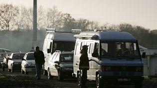 Des personnes arrivent le 08 décembre 2006 sur le site de la Prévalaye en périphérie de Rennes, pour participer à une rave-party. (Photo d'illustration) (DAVID ADEMAS / AFP)