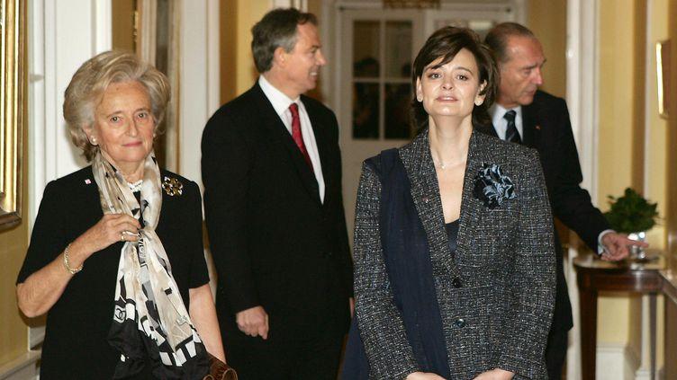 Cherie Blair et Jacques Chirac, le 18 décembre 2004 au 10Downing Street, à Londres. (PATRICK KOVARIK / AFP)