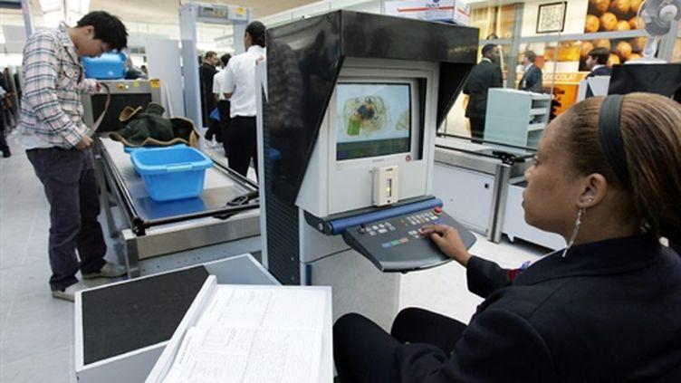 Contrôle à Roissy : les bagages à main ne peuvent pas contenir plus de 100ml de liquides en petits contenants (AFP/Pierre VERDY)