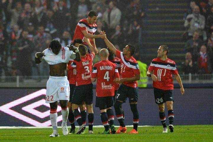 Le joueur de Lille, Eden Hazard, porté en triomphe par ses équipiers, le 20 mai 2012 contre Nancy. ( / MAXPPP)