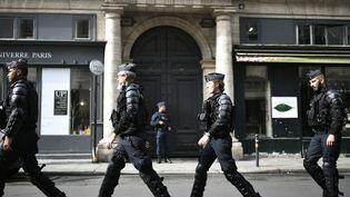 Des policiers devant la dernière demeure de Jacques Chirac, décédé le 26 sepembre 2019, à l'âge de 86 ans. (STEPHANE DE SAKUTIN / AFP)