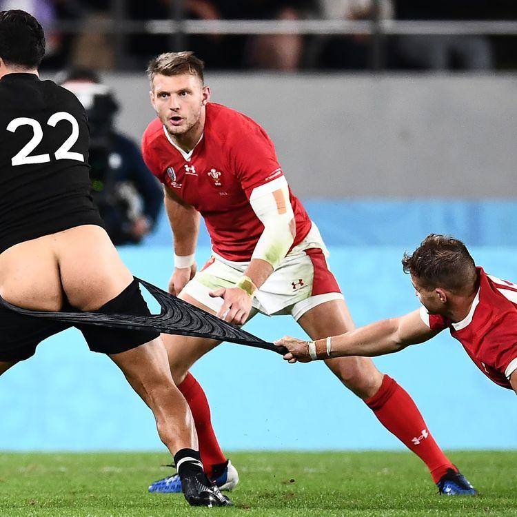 Le joueur néo-zélandais Anton Lienert-Brown tente d'échapper à la défense galloise, le 1er novembre 2019. (ANNE-CHRISTINE POUJOULAT / AFP)