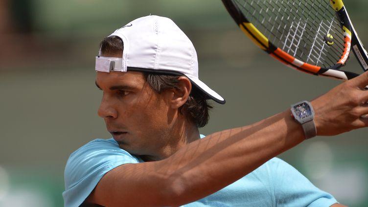 Le tennisman espagnol Rafael Nadal s'entraîne à Roland-Garros, à Paris, le 21 mai 2015. (MIGUEL MEDINA / AFP)