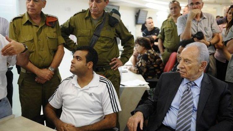 """Shimon Pérès (en bas à droite), considéré comme le """"père"""" du programme nucléaire israélien, en août 2011. (David Buimovitch / AFP)"""