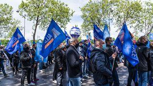 Des policiers réunis lors d'une manifestation devant l'Assemblée nationale à Paris, le 19 mai 2021. (AMAURY CORNU / HANS LUCAS / AFP)