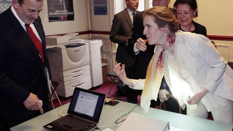 Jean-François Legaret (à g.) et Nathalie Kosciusko-Morizet, deux candidats à la primaire UMP, durant la présentation du dispositif de sécurité pour le vote électronique,le 29 mai 2013 à Paris. (JACQUES DEMARTHON / AFP)