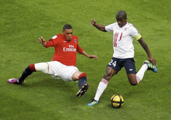 Rio Mavuba face à Guillaume Hoarau, lors de la 37e journée de Ligue 1, le 21 mai 2011. (AMANDINE NOEL/ICON SPORT / EPA ICON SPORT)