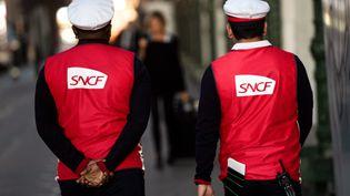 Des agents de la SNCF sur le quai de la gare de Lyon, le 19 avril 2018 à Paris (photo d'illustration). (CHRISTOPHE SIMON / AFP)