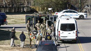 Des agents du FBI ainsi que des militaires s'affairent autour du domicile d'un suspect de 63 ans à Nashville, le 26 décembre 2020. (TERRY WYATT / GETTY IMAGES NORTH AMERICA / AFP)