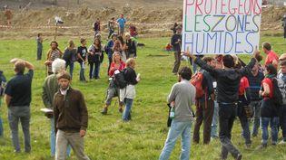 Un rassemblement des opposants au barrage de Sivens (Tarn), le 25 octobre 2014. (  MAXPPP)