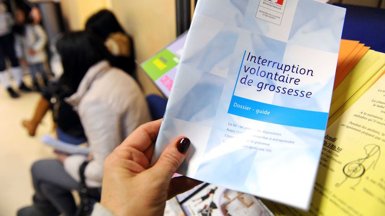 Une brochure d'information sur l'Interruption volontaire de grossesse. Photo d'illustration. (DURAND FLORENCE/SIPA)