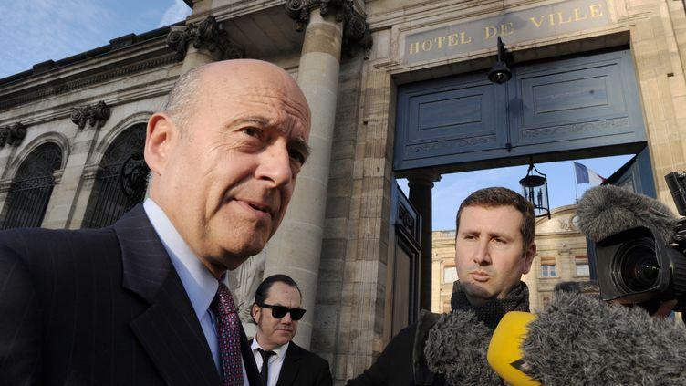 Le maire UMP de Bordeaux (Gironde), Alain Juppé, s'exprime devant l'hôtel de ville, le 7 avril 2014. (MEHDI FEDOUACH / AFP)