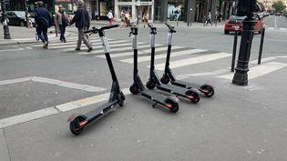 Des trottinettes électriques en libre service à Paris, le 25 mai 2019. (JULIEN PASQUALINI / FRANCE-INFO)