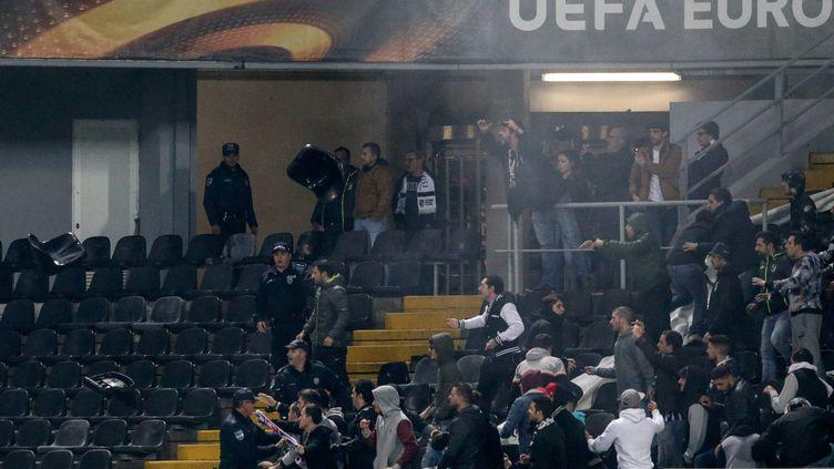 Des supporteurs de Guimaraes et de Marseille s'invectivent, lançant des strapontins... (JOSE COELHO / LUSA)
