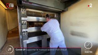 Un boulanger devant son four à pain. (France 2)