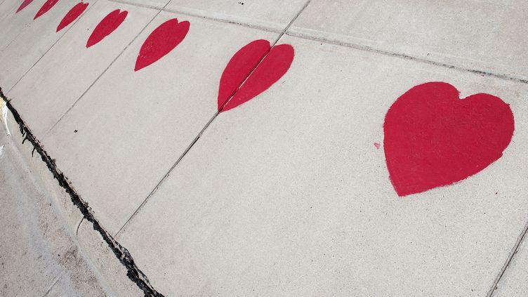 Un mur avec des cœurs, photographié en France. (MAXPPP)
