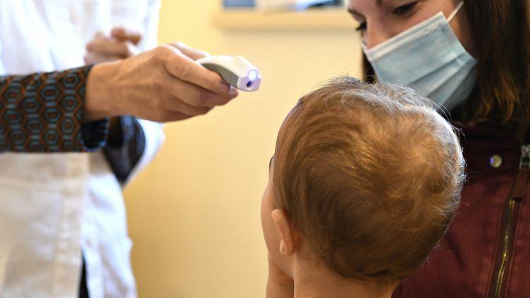 Un pédiatre osculte un enfant, le 6 novembre 2020. Photo d'illustration. (ERIC MALOT / MAXPPP)
