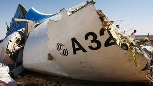 Un débris de l'A321 russe qui s'est écrasé dans le désert du Sinaï, dans l'est de l'Egypte, le 1er novembre 2015. (MAXIM GRIGORYEV / RUSSIA'S EMERGENCY MINISTRY / AFP)