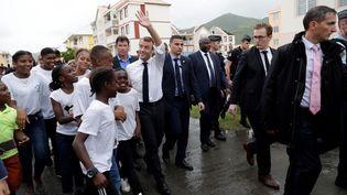 Emmanuel Macron rencontre des habitants de Saint-Martin, dans le quartier d'Orléans, le 29 septembre 2018. (THOMAS SAMSON / AFP)