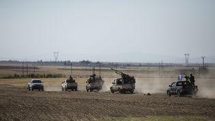 Un convoi de combattants de l'Armée syrienne libre près de Jarablos (Syrie), le 4 septembre 2016. (ARIF HUDAVERDI YAMAN / ANADOLU AGENCY)
