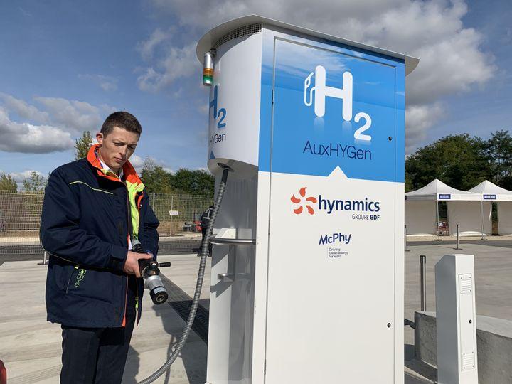 Les pompes blanches et bleues de nouvelle station à hydrogène sont un peu plus hautes qu'une pompe à essence classique. (GREGOIRE LECALOT / RADIO FRANCE)