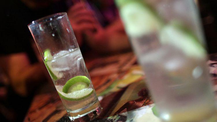 Un cocktail dans un bar à Paris (image d'illustration). (KENZO TRIBOUILLARD / AFP)