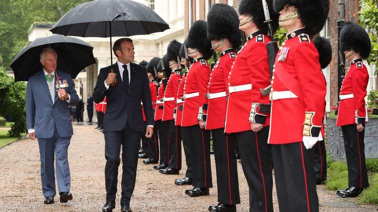 Emmanuel Macron et le prince Charles à Londres (Royaume-Uni) le 18 juin 2020. (JONATHAN BRADY / POOL / AFP)