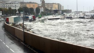 La mer Méditerranée déchaînée à Bastia (Haute-Corse) le 2 octobre 2015 après une violent épisode orageux. (  MAXPPP)