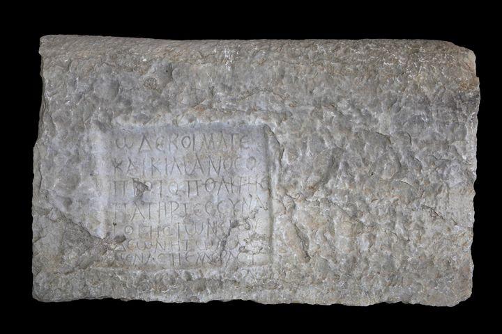Stèle funéraire écrite en grec, épitaphe d'un rabbin nommé Caecilianos, retrouvée dans les ruines de Volubilis, près de la ville marocaine de Meknès. Ces ruines romaines datent du Ier siècle avant J.-C. (MANUEL COHEN / MANUEL COHEN)