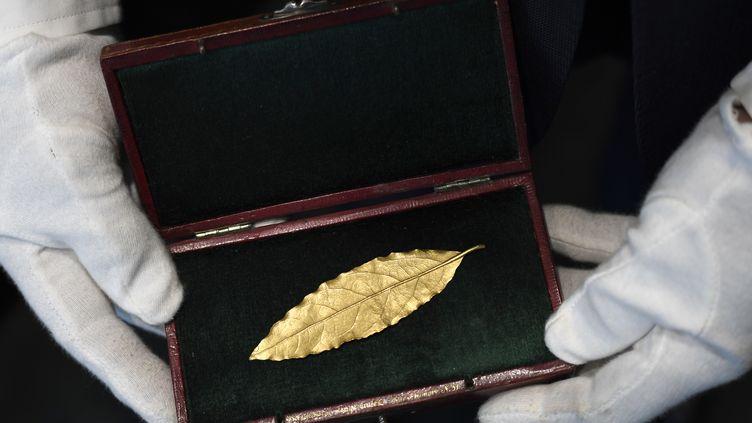 Une feuille de laurier en or destinée à la couronne portée par Napoléon lors de son sacre en 1804, le 19 novembre 2017, à Fontainebleau (Seine-et-Marne)/ (STEPHANE DE SAKUTIN / AFP)