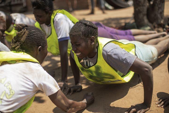 La formation des femmes candidates pour intégrer des unités de lutte contre le braconnage àPhundundu (nord du Zimbabwe) : un entraînement de commando... Photo prise le 17 septembre 2019. (GIANLUIGI GUERCIA / AFP)