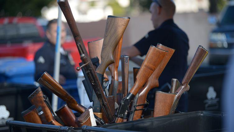 Des centaines de détenteurs d'armes de gros calibres sont venus mercredi 26 décembre 2012 remettre aux autorités de Los Angeles (Californie) leurs fusils d'assaut et autres pistolets en échange de chèques–cadeaux. (JOE KLAMAR / AFP)