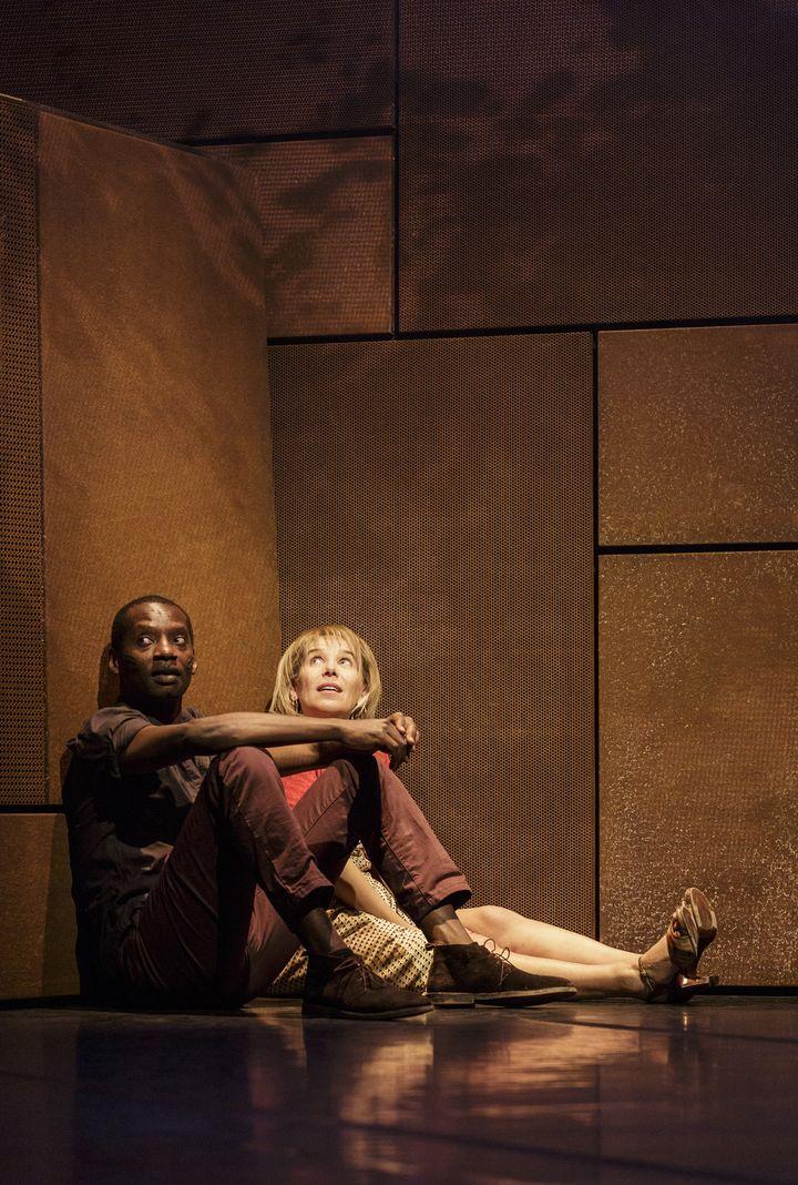 """Dorcy Rugamba et Stéphanie Schwartzbrod dans """"Combat de Nègre et de Chien"""", mis en scène Laurent Vacher  (Christophe Raynaud de Lage )"""