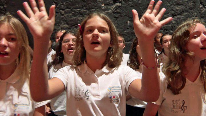 Les jeunes choristes répètent leur partition avant le grand concert de clôture (France 3 Nouvelle Aquitaine)