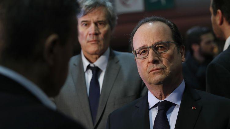 Le président de la République François Hollande et en arrière-plan le ministre de l'Agriculture Stéphane Le Foll, le 27 février 2016 au Salon de l'agriculture à Paris. (BENOIT TESSIER / AFP)