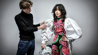 Charles de Vilmorin et Anaelle Postollec, son amie, muse et maquilleuse, pour la collection couture printemps-été 2021, à Paris, janvier 2021 (STEPHANE DE SAKUTIN / AFP)