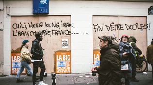Un établissement bancaire protégé par desplanches de bois, jeudi 5 décembre 2019 à Paris. (YANN CASTANIER / HANS LUCAS / AFP)