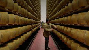 """Dans le nord de l'Italie, les meilleurs parmesans sont conservés à la banque, dans des coffres-forts. Les producteurs viennent discrètement y protéger leurs """"lingots"""" de fromage haut de gamme. (FRANCE 2)"""