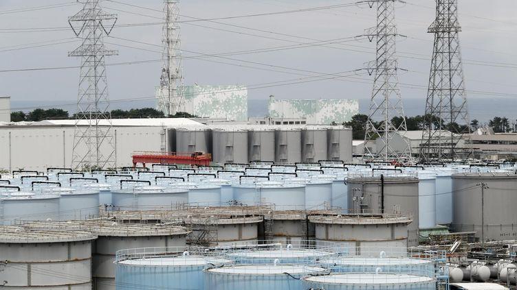 Des réservoirs d'eau radioactive à Fukushima (Japon), le 27 juillet 2018. (KIMIMASA MAYAMA / AFP)