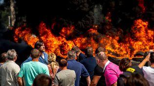 Des marins de la Scop SeaFrance bloquent le port de Calais (Pas-de-Calais), vendredi 31 juillet 2015. Environ,300 personnes sont mobilisées autour d'un tas de pneus en flammes. (PHILIPPE HUGUEN / AFP)
