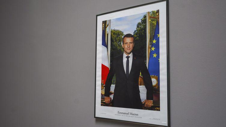 Un portrait officiel d'Emmanuel Macron accroché à la mairie de Perpignan, dans lesPyrénées-Orientales.(photo d'illustration) (MAXPPP)