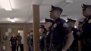 Les nouveaux éléments dans l'affaire Chouviat surviennent en plein débat sur la réalité des méthodes d'intervention de la police. Pour prolonger ce débat, le 20 Heures vous emmène aux Etats-Unis. La ville de Camden, dans le New Jersey, a pris une décision radicale pour renouer le lien entre sa police et ses habitants. (France 2)