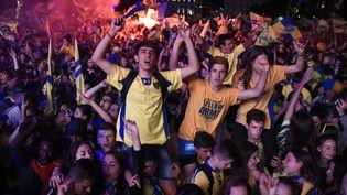 Des supporters fêtent la victoire de l'ASM en finale du Top 14, le 4 juin 2017, sur la place de Jaude, à Clermont-Ferrand (Puy-de-Dôme). (JEAN-PHILIPPE KSIAZEK / AFP)