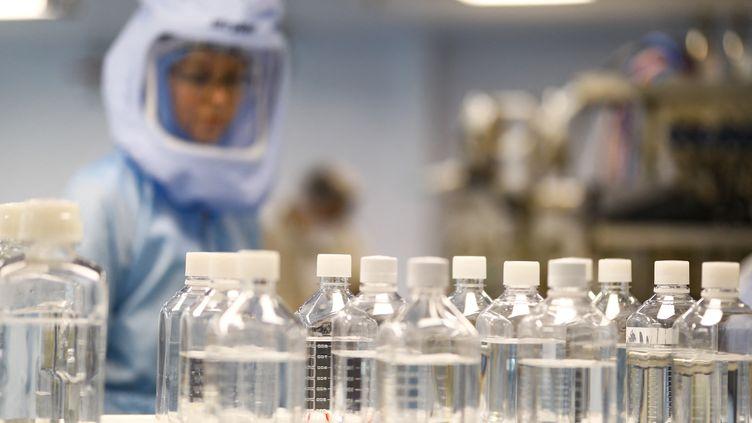 Des doses de vaccins Pfizer/BioNTech dans une usine de Marburg (Allemagne) le 29 mars 2021. (ABDULHAMID HOSBAS / ANADOLU AGENCY / AFP)