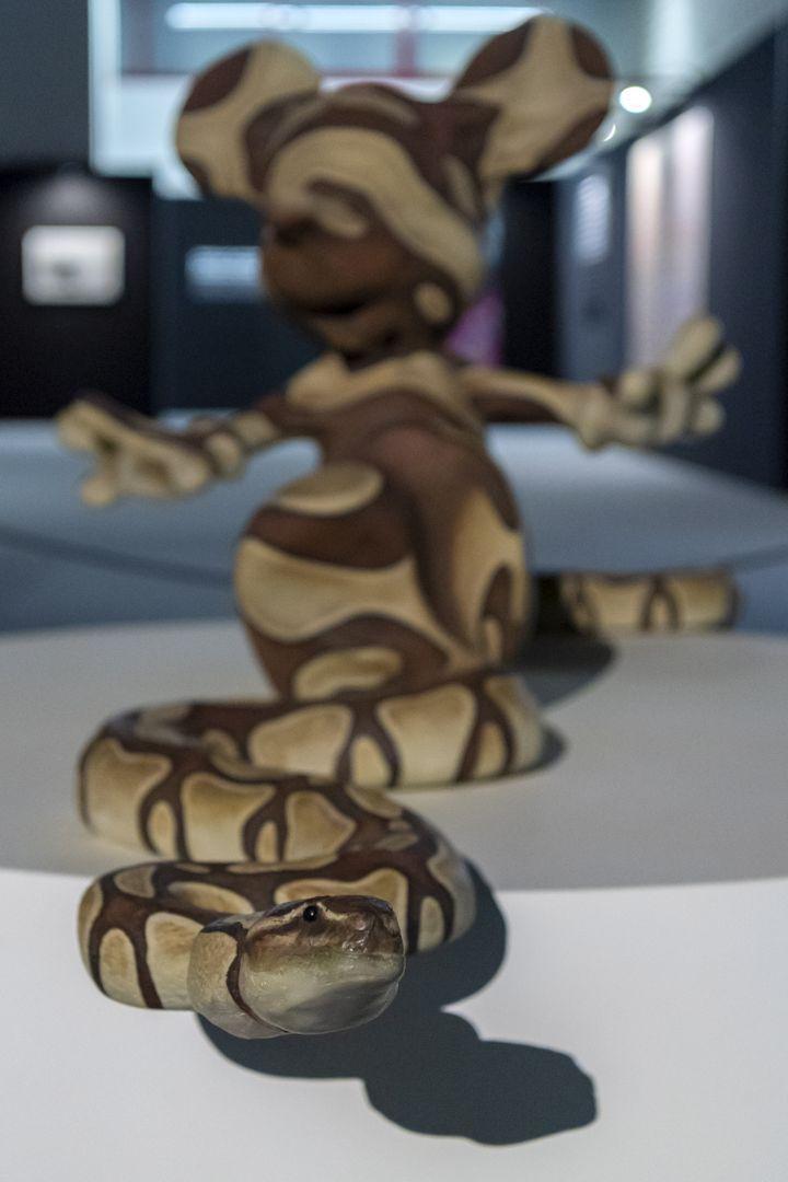 """Mickey Snake"" oeuvre de Banksy lors de l'exposition non autorisée eBuilding Castles in the Sky à Bâle"". (GEORGIOS KEFALAS / KEYSTONE)"