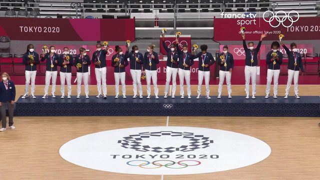 La première Marseillaise olympique de l'histoire du handball féminin retentit dans le stade national de Yoyogi.