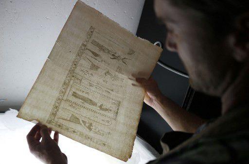 Le conservateur italien Simone Martin travaille à la restauration de l'ouvrage.  (PASCAL POCHARD-CASABIANCA / AFP)