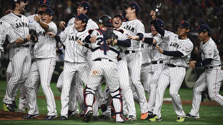Les joueurs japonais fêtent leur victoire contre la Corée du Sud, le 17 novembre 2019 au Tokyo Dome. (CHARLY TRIBALLEAU / AFP)